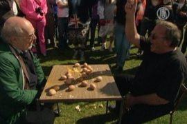 Скользкий чемпионат по метанию яиц прошел в Англии