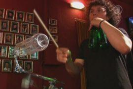 Квинтет играет на бутылках профессионально