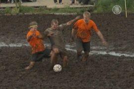 В Финляндии провели соревнования по футболу на болоте