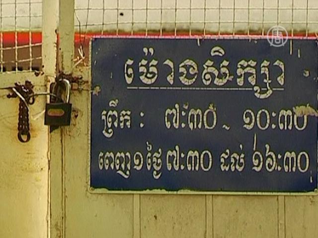 Камбоджа закрывает школы из-за эпидемии