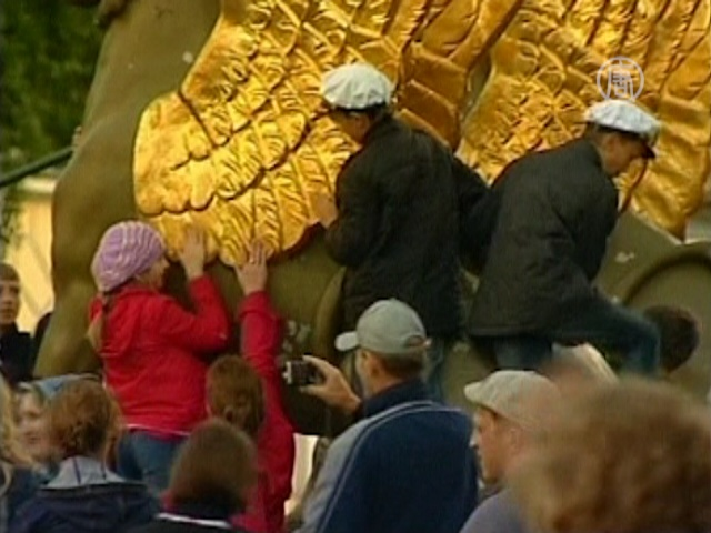 Туристы затирают питерские памятники «до дыр»