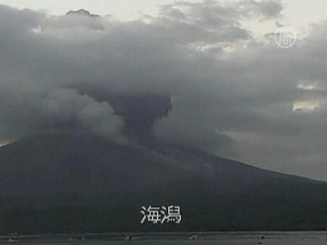 Жители Кагосимы «отмываются» от пепла из вулкана