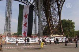 Флаг сирийской оппозиции — под Эйфелевой башней