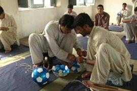 В оплоте талибов шьют футбольные мячи