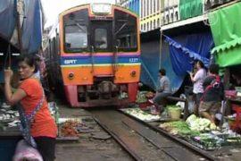 Тайцы торгуют на действующих железнодорожных путях