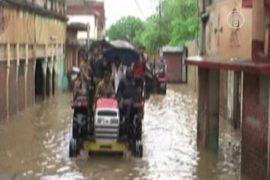 Проливные дожди затапливают низины Индии