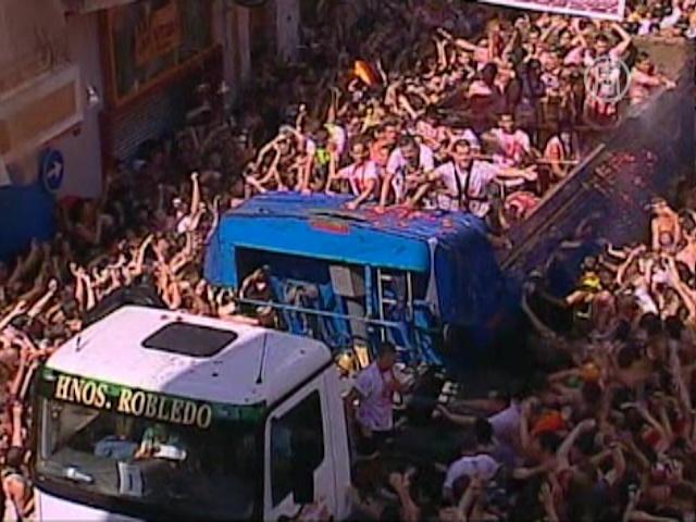«Томатина»: в Испании идут помидорные бои