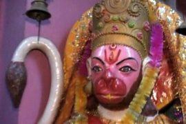Индусы толпятся, чтобы увидеть пот на божестве