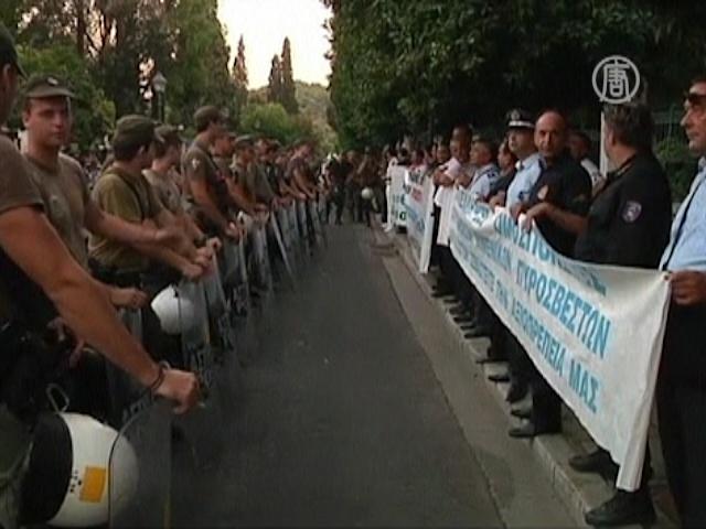 Полицейские Греции оцепили своих коллег