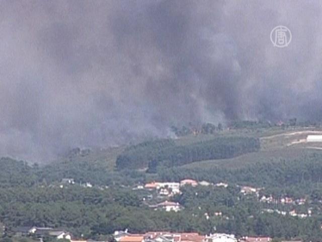 Лесные пожары в Португалии подбираются к людям
