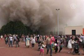 При сносе здания облако пыли устремилось на зевак