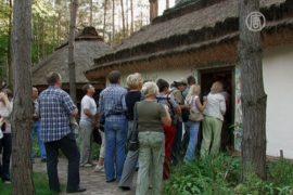 Старинные хаты выставлены в «Украинском селе»