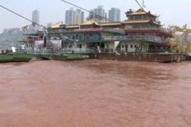 Вода в реке Янцзы стала красной