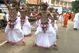 Монахи танцуют в память о буддийском лидере