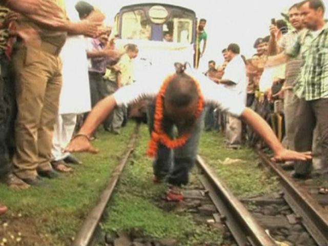 Индиец протащил волосами поезд