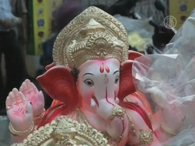 Индийцы везут домой тысячи статуй слона