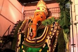 Индусы молятся перед статуями с слоновьей головой