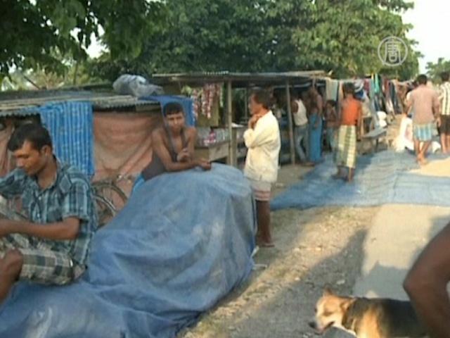 Пострадавшие от наводнения индусы ютятся на трассе