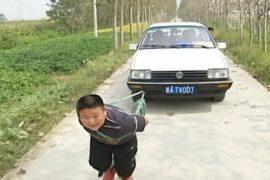 7-летний китаец тянет на себе машину