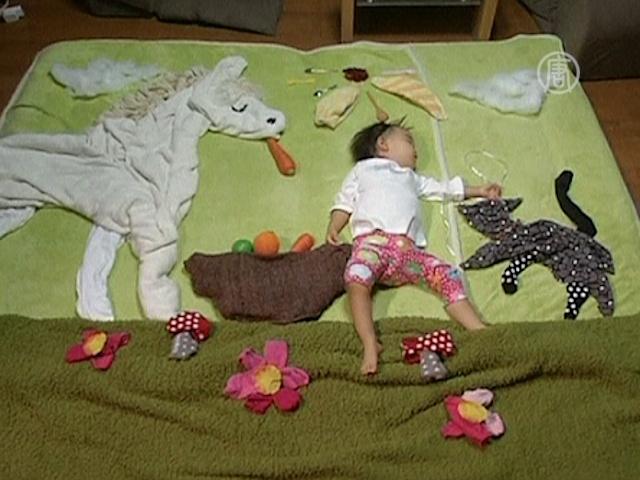 Мама сделала из спящей дочки искусство