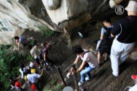 Тысячи туристов в ловушке на горе Хуашань