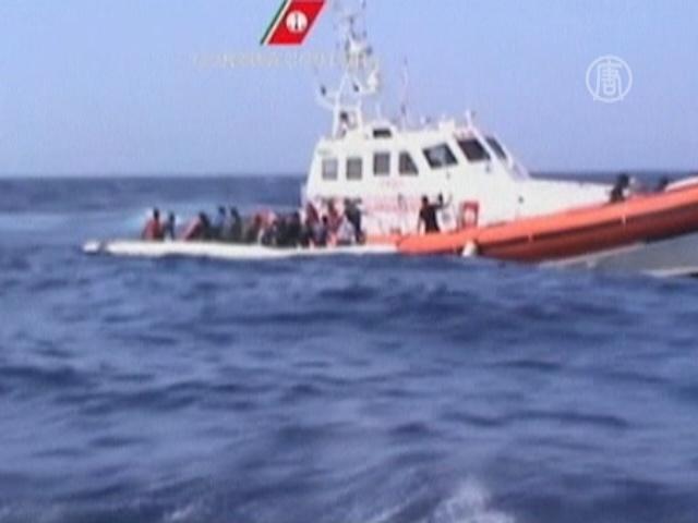 166 мигрантов из Ливии спасли с деревянной лодки