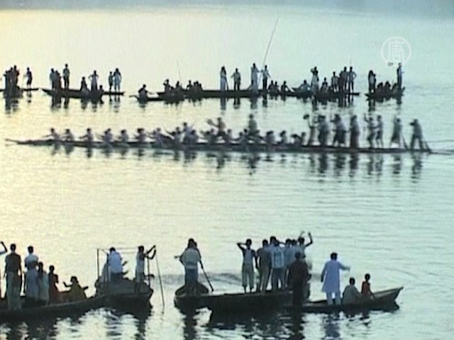 Лодочные гонки в Индии собирают сотни зрителей