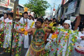 Тайские медиумы прокалывают щеки и танцуют на углях