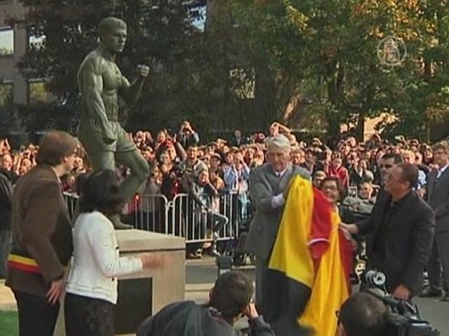 Жан-Клод Ван Дамм открывает памятник себе