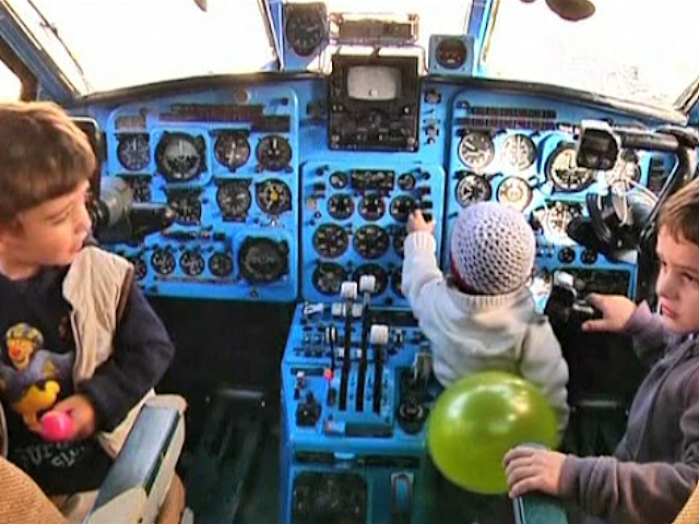 В Грузии из самолета сделали детскую площадку