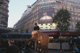 Слон открывает рождественские распродажи в Париже
