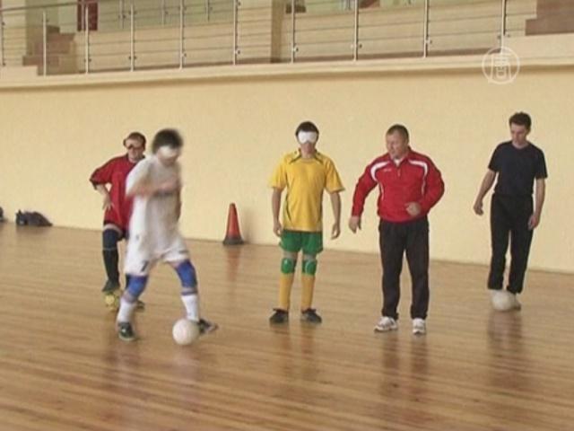 Незрячие белорусы учатся играть в футбол