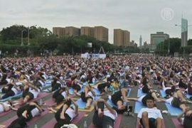 На массовый сеанс йоги собралось 7400 человек