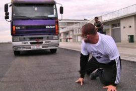 Грузинский богатырь протащил грузовик ухом