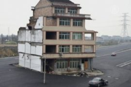 Дом посреди автодороги: хозяин не хочет выезжать