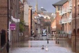 Жертв наводнения в Великобритании уже 4