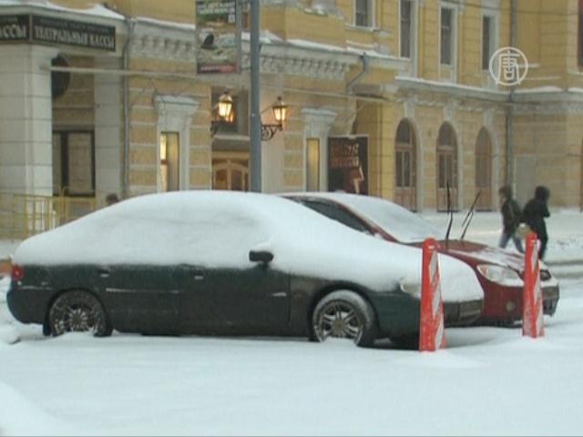 Москва стоит под снегом и в пробках