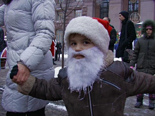 В Киеве прошел парад Дедов Морозов