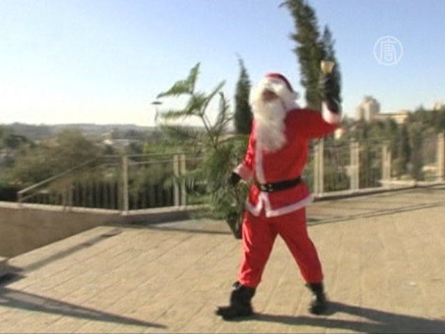В Иерусалиме Санта-Клаус дарит новогодние елки