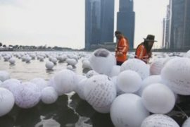 Реку в Сингапуре наводнили шары с желаниями