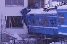 Уборщица угнала поезд и врезалась в жилой дом