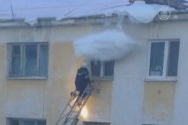Пожарного чуть не убило сугробом с крыши