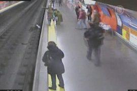 Женщина упала на рельсы в метро, потеряв сознание