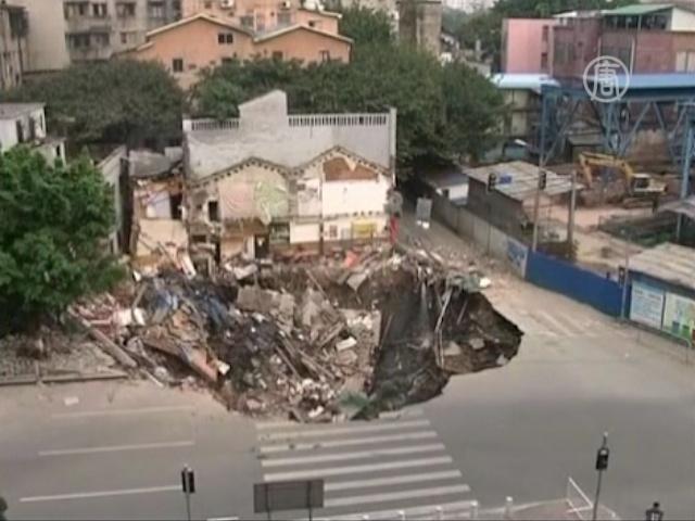 Целый жилой комплекс ушел под землю в Китае