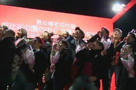 Японцы толпой прокричали о любви своим женам