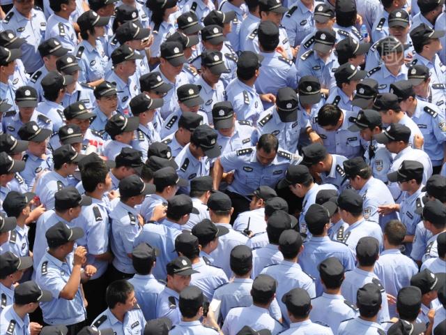 Китайским полицейским дают «право» на произвол