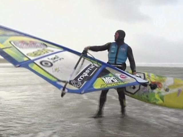 Охотники за штормом оседлали волны на сёрфах
