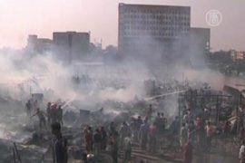 Пожар в трущобах Бангладеш уничтожил дома бедняков