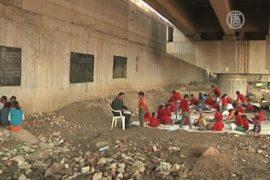 Индийские бедняки ходят в школу под мостом