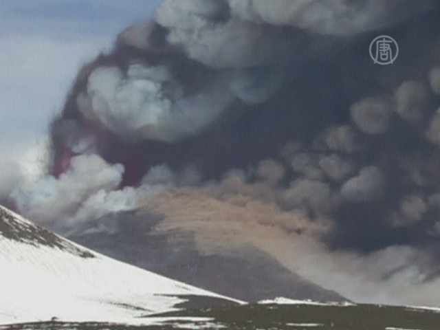 Этна выбрасывает столбы пепла